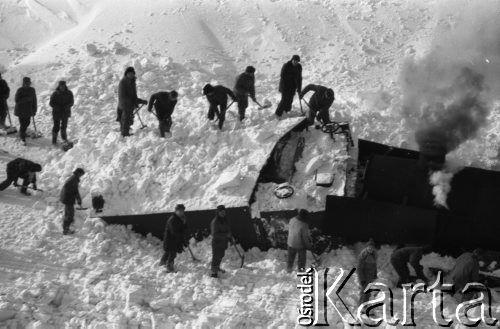 Styczeń 1980, brak miejsca, Polska Zima stulecia, odkopywanie pociągu, który utknął w zaspie śnieżnej. Fot. Jarosław Tarań/KARTA [80-11], ud...