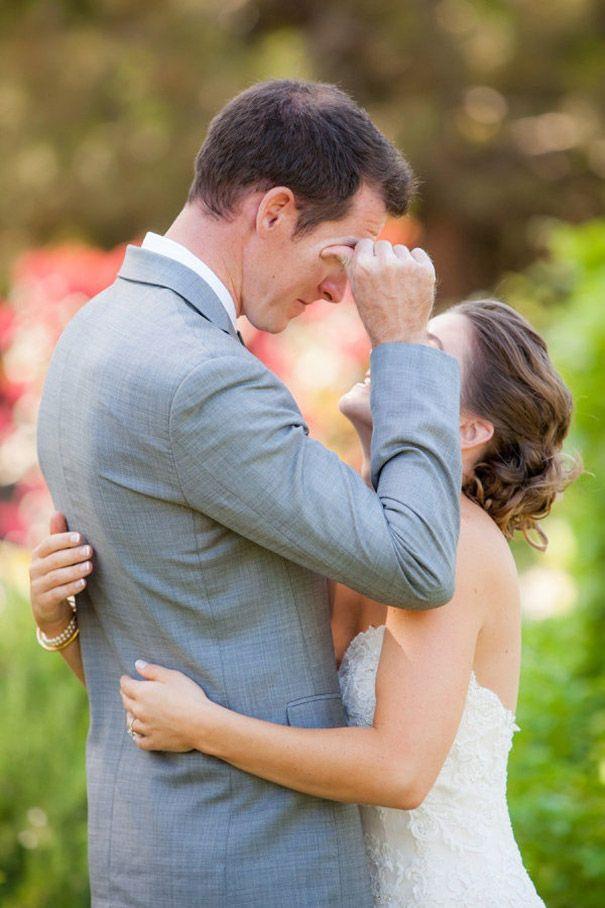 Des hommes qui pleurent devant leur fiancée au jour de leur mariage