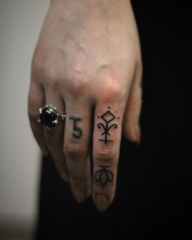 Татуировка на пальцах Мастер Саша Бахаревич Адрес: ст. м. Парк Победы, площадь Чернышевского, 10. Тел: 8-921-941-76-40 #tattoo #tattoos #tattooed #ink #inked