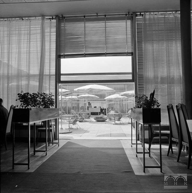 Kraków - widok z wnętrza restauracji hotelu Cracovia na taras, fot. Henryk Hermanowicz (1968)