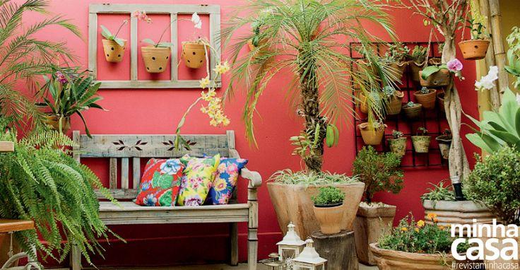 O jardim da paraense Débora Figueiredo, que enfeita os fundos de sua casa em Monte Azul Paulista, SP, é o recanto favorito da família – incluindo os cãezinhos Pingo e Pérola