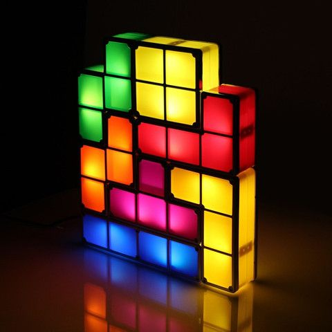 Lampe Tetris | Idée Cadeau QuébecNous avons tous déjà joué au jeu Tetris, qu'on le veuille ou non. Si vous étiez peu doué à ce jeu, pourquoi ne pas réessayer à échelle humaine et qui a une utilité en plus! Procurez-vous cette lampe dès maintenant! Elle donnera une touche très originale dans la pièce de votre choix. -                               Mots-clés :  Étudiants geek jeu jeu video Jeux vidéo Lampe Tetris                           - http://www.ideecadeauquebec.com/lampe-tetris/