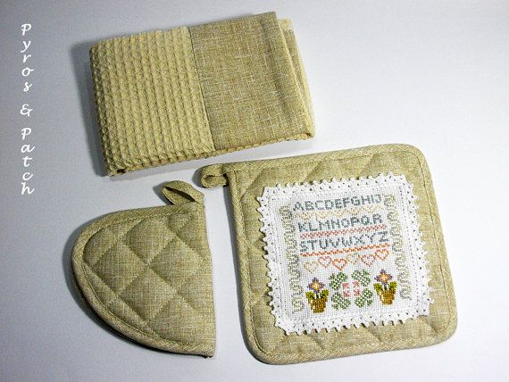 Kitchen set dishcloth and potholders embroidery di PyrosePatch
