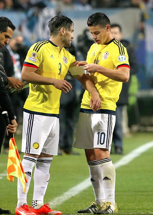 James Rodriguez gives the captain armband to Radamel Falcao |Colombia vs Argentina. Copa America Chile June 26, 2015