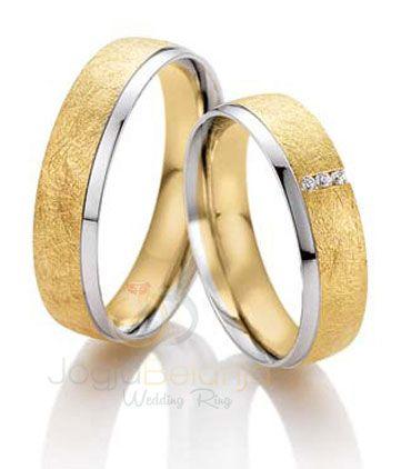 Menampilkan desain minimalis, seri Cincin Kawin Aufiarmenawarkan cincin pasangan yang pas untuk anda jadikan cincin kawin. Bahan perak 925 yang digunakan menjadi lebih elegan dengan lapis dua warna yang ditambahkan, yaitulapis rhodium warna emas kuning dan emas putih. Dua macam finishing juga