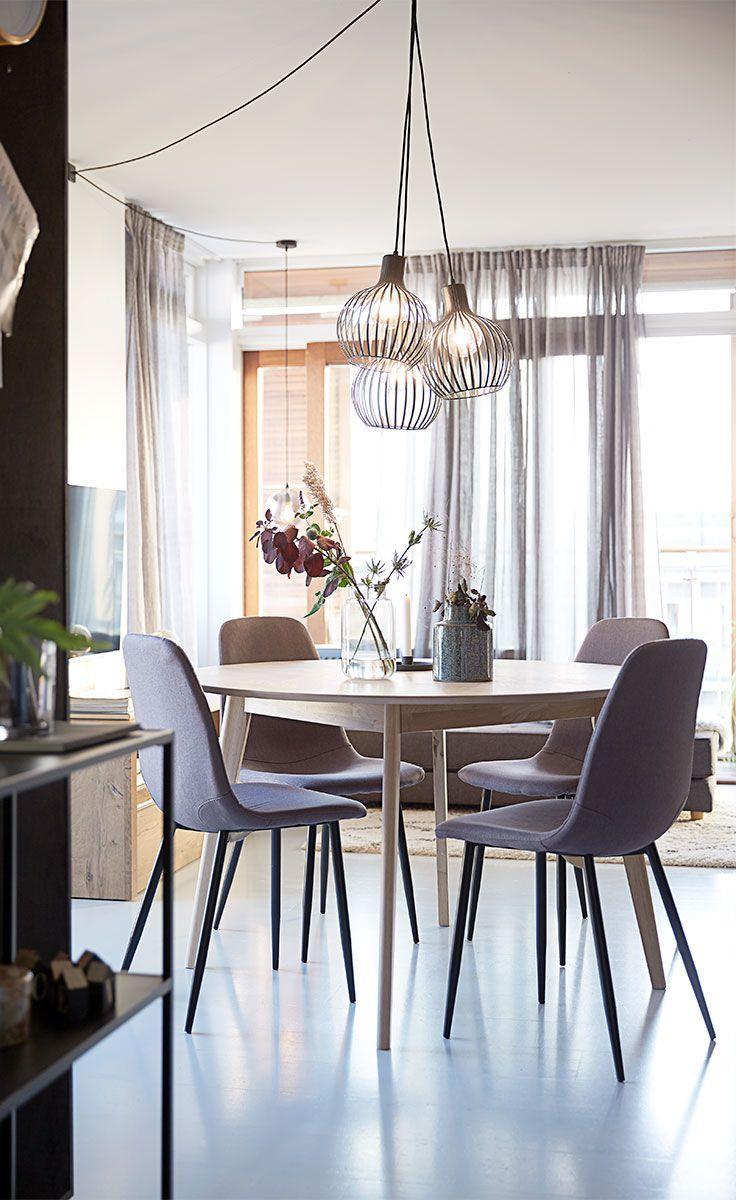 KALBY spisebordet og JONSTRUP spisebordsstolene giver dig mulighed for at fuldende det funktionelle skandinaviske look.