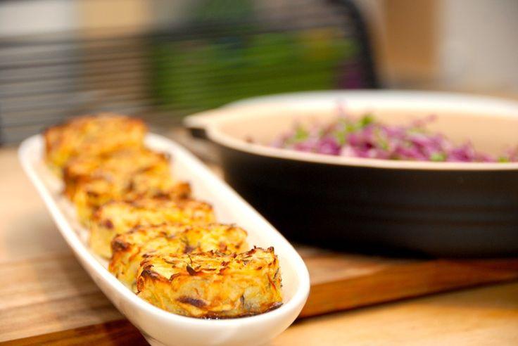 Opskrift på røsti i ovn. Se hvordan du laver en super lækker røsti ovnen, hvor revne kartofler og pastinakker blandes med lidt æg. Røsti i ovn er små og fantsisk lækre kartoffelkager, der er meget …