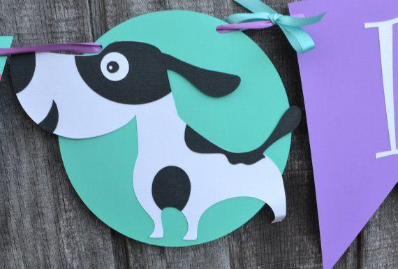 Si usted está planeando un perro tema fiesta de cumpleaños no busques más! Esta bandera tiene 2 perros adorables para alegrar de su poco uno partido! Entre cada perro hay una caseta de perro, un hueso y un hidrante. El esquema de colores de esta bandera es cal rosa, turquesa, verde y morado. La bandera es encordada de cinta violeta y tiene arcos turquesa atados en todo. Cada elemento en este banner es aproximadamente de 7 de alto y la bandera es de 6 de largo. Si desea personalizar los…