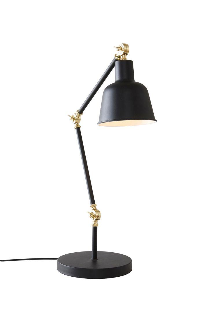 Modern bordslampa i toner av svart och matt guld. Ställbar i tre lägen som gör att du kan sprida ljuset efter tycke och smak. Material: Metall. Storlek: Höjd 80 cm, skärmens höjd 32 cm, ø 22 cm. Beskrivning: Bordslampa av metall med gulddetaljer. Ställbar i tre lägen. Sladd 25/150 cm. Sockel/lampa: 1 st E27, max 40 w glödlampa eller max 7 w lågenergilampa. Tips/råd: MADRID passar lika bra vid sängen som vid arbetsbordet.