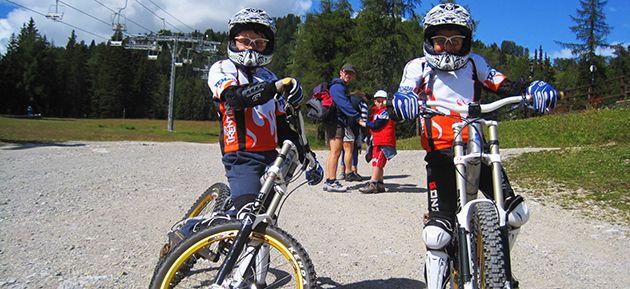 Corsi downhill per ragazzini, avvicinamento al downhill, downhill val di sole, downhill trentino, noleggio downhill. www.centrobikevaldisole.com
