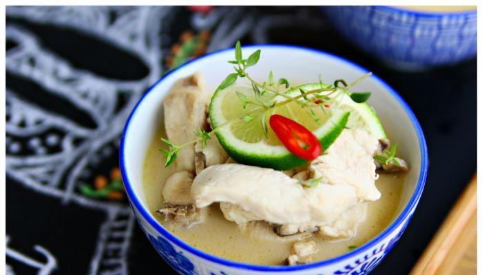 Zuppa di pollo al latte di cocco (Tom Kha)