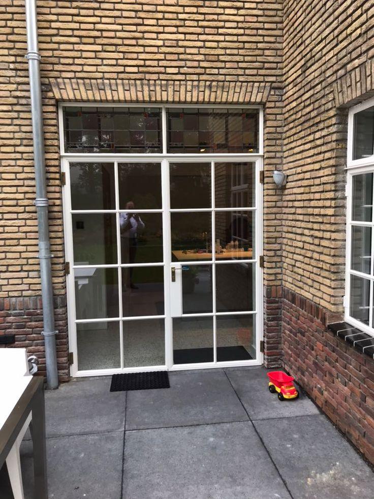 De restauratie van dit woonhuis in Asten is een goed voorbeeld van het behouden van de originele stijl met een upgrade in comfort. Zo hebben wij dubbel glas geplaatst ter isolatie en nieuwe openslaande deuren gemaakt van de zelfde authentieke stoeltjes profielen als de ramen die in het pand aanwezig zijn.