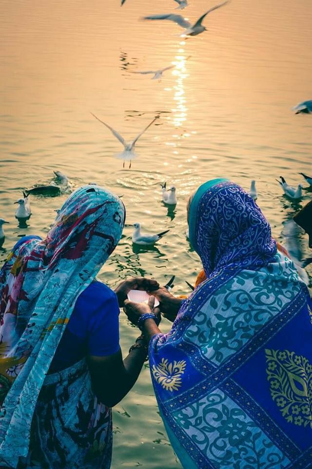 L'immagine può contenere: una o più persone, persone in piedi, uccello, spazio all'aperto e acqua