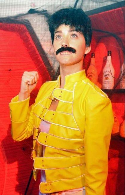 Precisa de inspiração para o Halloween? Katy Perry te ajuda - Katy conta a todos que Freedie Mercury é seu herói na música, nada mais justo do que se vestir de Freedie