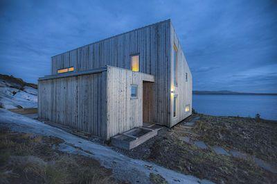 Stěny chaty jsou obloženy smrkovým dřevem, které bylo vytěženo ze soukromého lesa majitelů.