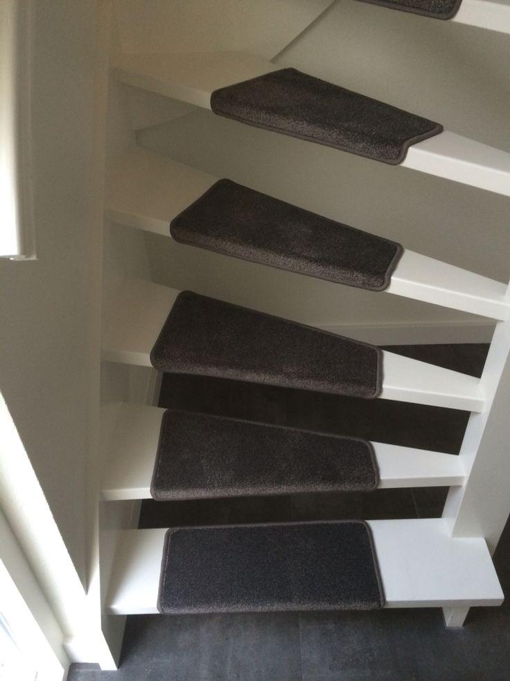 Open trap met traptredes van tapijt als loper for Open trap bekleden met hout