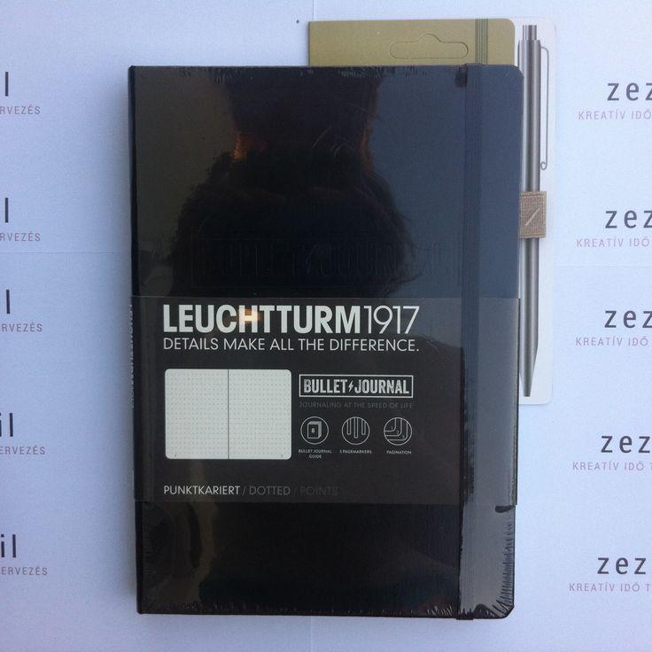 Fekete színű Leuchtturm1917 Bullet Journal homok színű  tolltartó gumival.   Leuchtturm1917 | pen loop | zezil