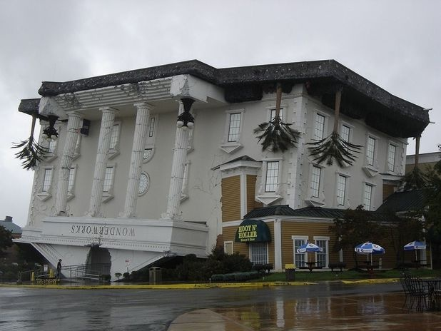 A cidade de Pigeon Forge, no Tennessee, sul dos Estados Unidos, é um centro turístico com diversos parques temáticos, ideal para viagens em família. Wonderworks é um parque de diversão educativo, com atrações como uma câmara antigravidade e um simulador de terremotos, e sua entrada é feita por esta casa maluca de ponta cabeça Foto: Harry Harkema / Divulgação
