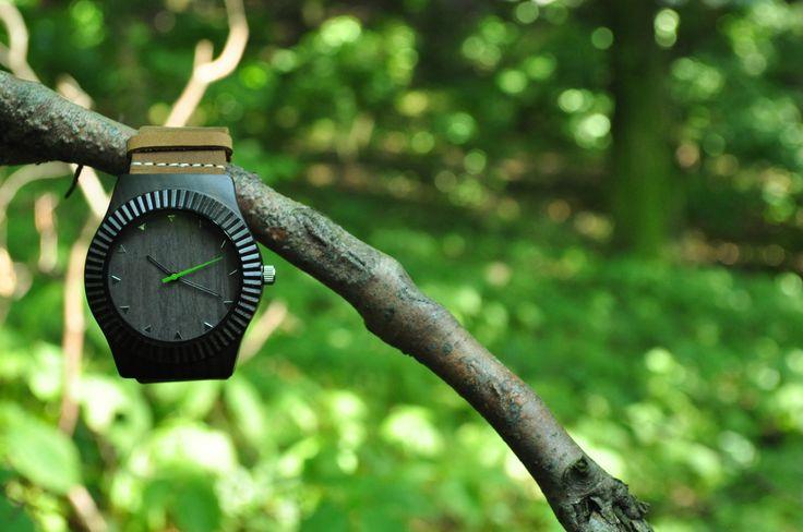 Drevené+hodinky+Tempesta+Predstavte+si+partiu+vizionárov,+ktorí+nedajú+dopustiť+napoctivé+remesloa+svoje+slovenské+korene.+Vďaka+tejto+zmesi+prinášame+modely+hodiniek,+ktoré+súoriginálnea+vmódnostimíľovýkrok+pred+ostatnými.+Kožený,+surovo+strihaný+remienok+nesie+masívny+ciferník+v+čiernej+farbe.+Strojček+Miyota+Citizen+Dĺžka+hodiniek+:+25+cm+Rozmer...