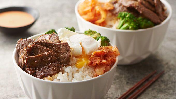 Gebratenes mariniertes Rindfleisch, Brokkoli und ein pochiertes Ei zusammen mit einem cremigen Srira …   – food i want to try