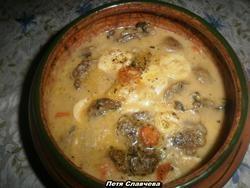 Пържоли в гювеч с топено сирене, моркови и лук