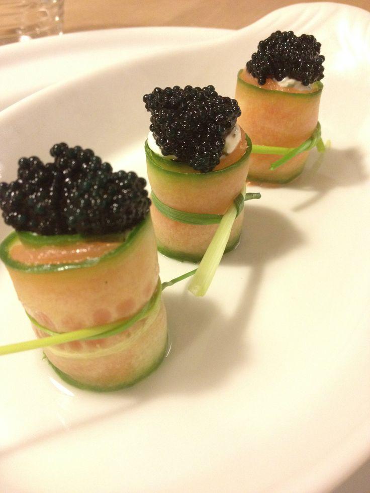 Lakse/agurkeruller med hjemmerørt creme pyntet med kaviar