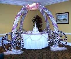tavolo della torta con addobbo a carrozza di palloncini.