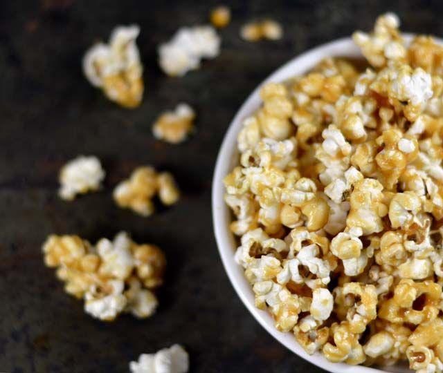Salted caramel popcorn. In dit recept leg ik je stap voor stap uit hoe je zelf deze heerlijke salted caramel popcorn thuis kunt maken. Wees gewaarschuwd, deze popcorn is verslavend lekker!