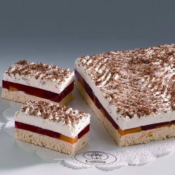 Biszkopt z galaretką Kompozycja z nasączonego, delikatnego biszkoptu z aromatycznymi brzoskwiniami w galaretce, z warstwą wybornej śmietany. Oprószone tartą czekoladą. Biszkopt z galaretką występuje w sprzedaży w okresie letnim.
