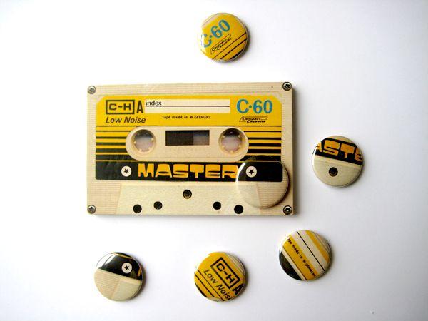 Nous avons tous le souvenir des cassettes audio qu'il fallait rembobiner avec un stylo, que l'on recopiait pendant des dizaines de minutes.... les badges nous rappellent tout cela. Le badge est un moyen, vintage, peu coûteux, original de créer de l'émotion autour de votre marque.