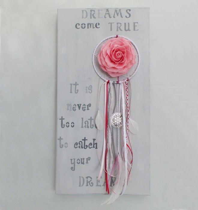 Donnez à votre intérieur un esprit amérindien ultra tendance avec ce tableau original de fabrication artisanale.  Ce panneau décoratif entièrement réalisé à la main revisite le traditionnel dream catcher indien en y enjoignant une magnifique rose sublimée rose pastel, généreusement épanouie.  Quel que soit votre style, contemporain ou classique, notre attrape rêve réinterprété apportera poésie et fraicheur à votre décoration.  Dimensions : 30 cm x 60 cm