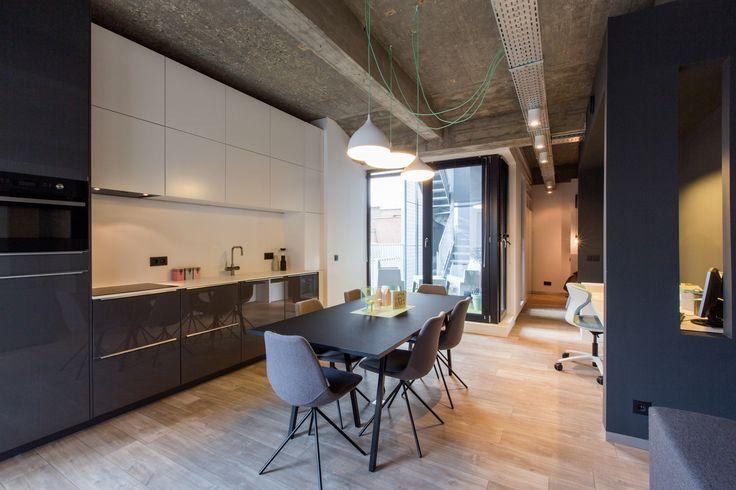 Nicky Vanden Bossche (twee kleuren keuken - matwit en antraciet-glanzend) + Ikea basis. Werkblad en spadwand volkern