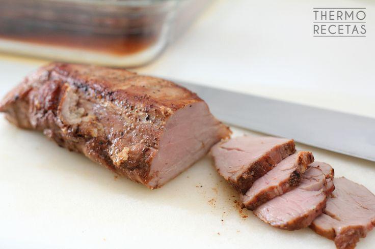 Solomillo de cerdo preparado en bolsa de asar en el Varoma, acompañado de una exótica salsa de soja y caramelo. Ideal como picoteo cortado en lonchas.