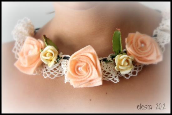 Collar romántico con rosas de fieltro , perlas y puntillas, cordón de cuello...también se puede llevar como una pulsera.  como  diadema