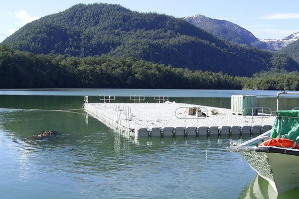 Tener una balsa flotante en el lago, cerca de casa, una maravilla