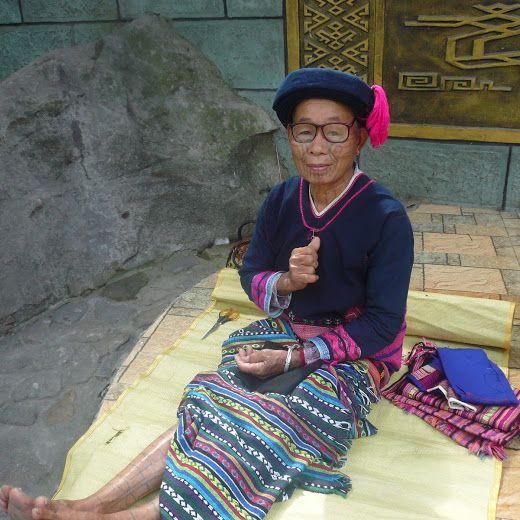 アジアのハワイと言われる中国・海南島。 今回は、「槟榔谷(Bing Lang Gu)」に行きました。  昔ながらの生活がそのまま見れると人気のスポットです。  写真は、カメラを向けたら、グーってやってもらいました★