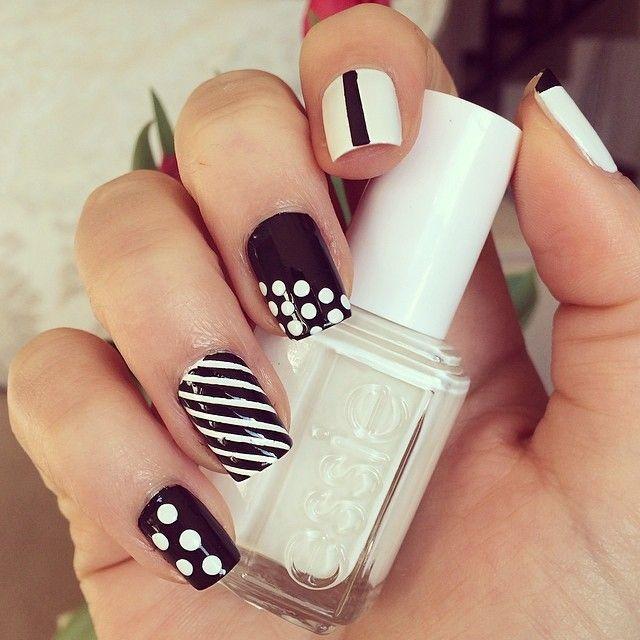 Coucou les chéries ! Aujourd'hui on habille nos ongles de noir et blanc. Toujours tendances, ces 2 couleurs indémodables s'adaptent à toutes les occasions. Voici donc 10 exemples de tutoriels pour une manucure black & white ! Façon preppy Cette adorable …