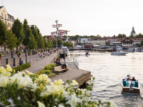 """Die gemütliche Uferpromenade von Vaestervik in Kalmar und der Provinz Småland, der """"Perle der Ostküste"""" (Ostkustens pärla)"""