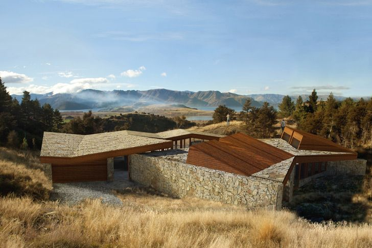 The C3 House is designed to be visually unobtrusive and environmentally sensitive. The house is in the Emerald Bluffs subdivision on a site in the Southern Lakes region of New Zealand.