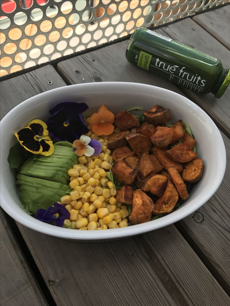 Colorful summer bowl 💚☀️🌸💪🏽 Avocado, Sweet Potatoes, Corn, Olive Oil & Pomegranate Vinegar/Sirup! Super quick to make, healthy & delicious! Enjoy it, Chefs!