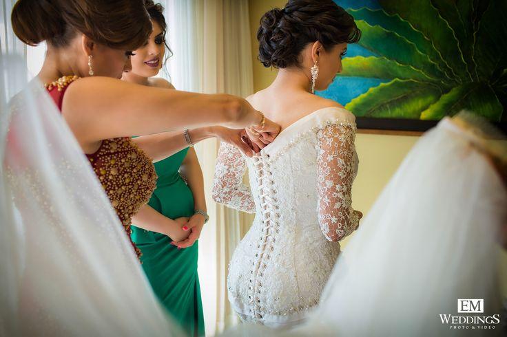 Bride Getting Ready in Los Cabos, México.  #emweddingsphotography #destinationweddings