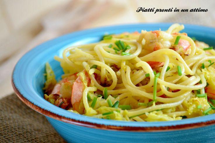 Gli spaghetti verza e gamberi sono un primo piatto leggero e veloce da preparare nel solo tempo di cottura della pasta, adatto anche ad un pranzo veloce.