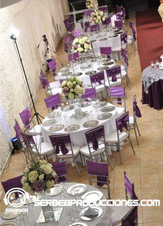 Mesas vestidas con faldón y sobre mantel de lujo para 10 invitados, Sí deseas ver todas las fotos de esta decoración, clic aquí http://serbebproducciones.com/index.php/decoraciones-de-eventos/decoraciones-para-bodas/53-berenjena-con-blanco/261-torta.html