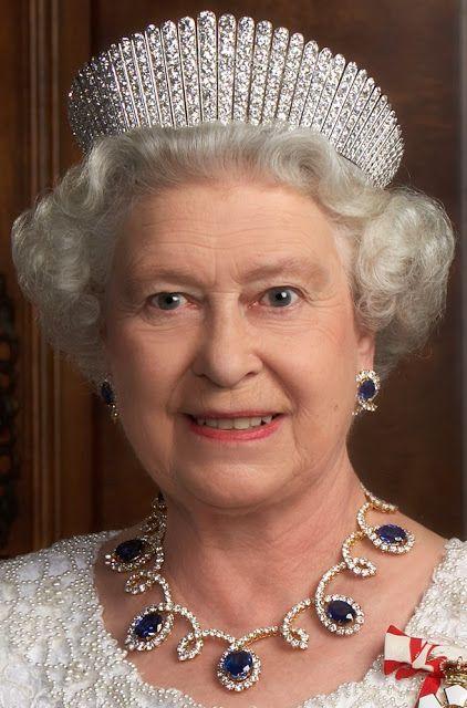 la reina isabel II de reino unido con la tiara rusa