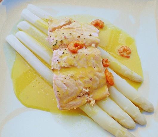 Witte asperges met zalm, garnaal in saffraansaus