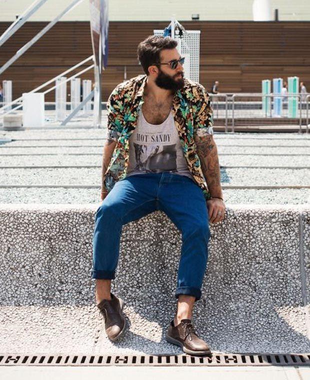 Look com camisa floral, camiseta estampada, calça colorida e sapato.