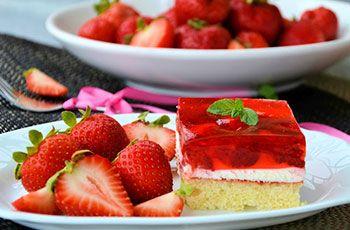 Torta con frutillas y gelatina