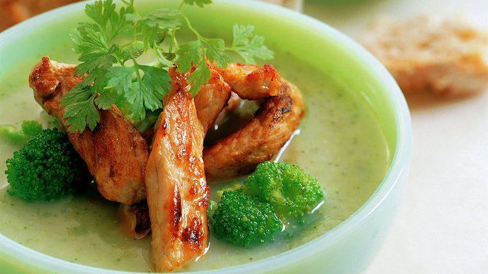 En varmende suppe blir alltid godt mottatt! Toppet med stekte strimler av svinekjøtt gir den varme og energi til vinterkalde kvelder.