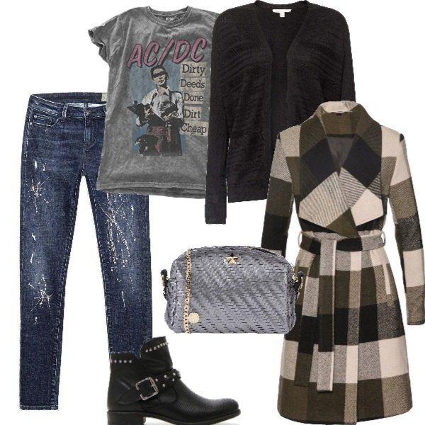 Jeans e tee shirt con stampa rock, cardigan nero e cappotto