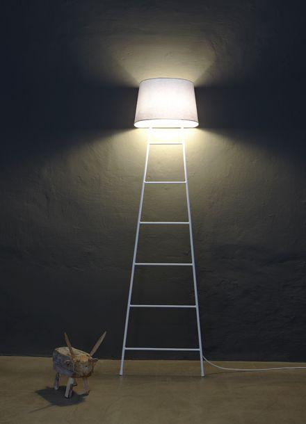 Sleepy lamp c'est un concept du Studio Klass, double fonctionnalité, étagère/portant et lumière. Le lampadaire se repose sur un mur plat ou un angle, ilfait aussi office d'étagère, de quoi y dépos...